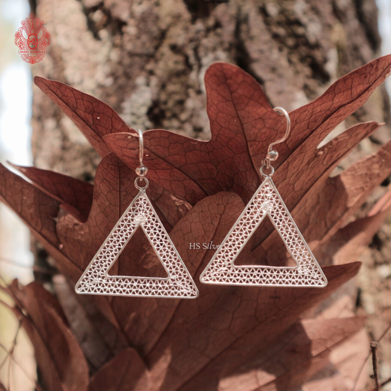 ADORABLE TRIANGLE HOOKS EARRING (FILIGREE)